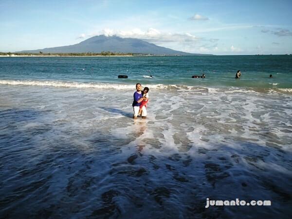 bermain ombak pantai embe