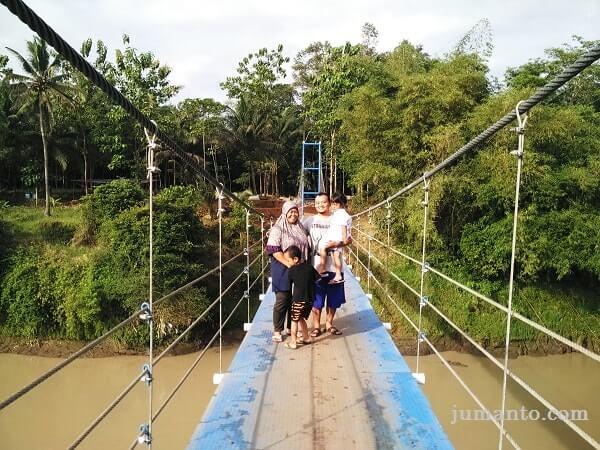 foto jembatan gantung desa pelumutan