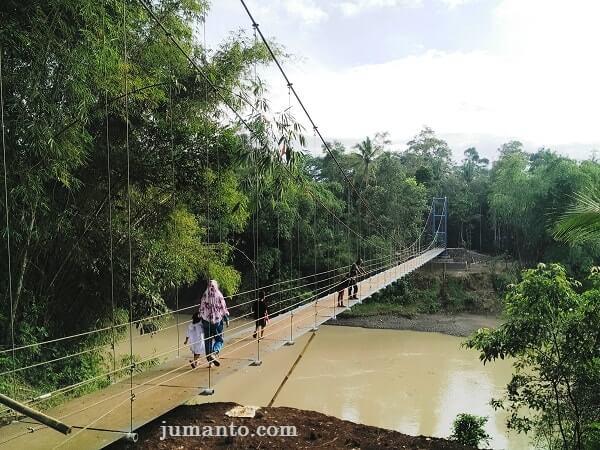 jembatan gantung pelumutan dilihat dari Desa Plana