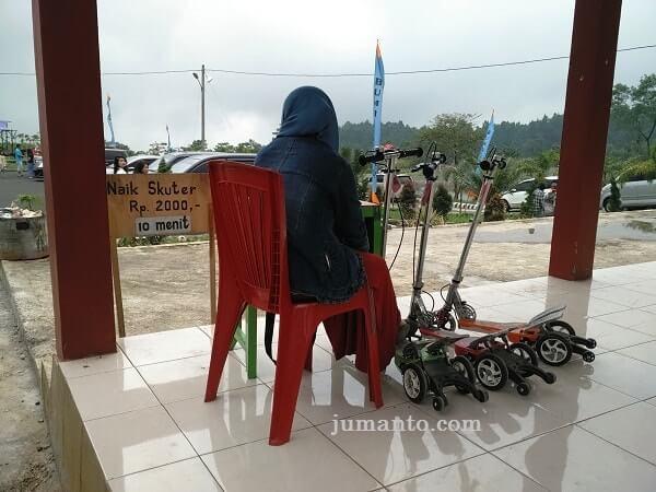 naik skuter di rest area serang