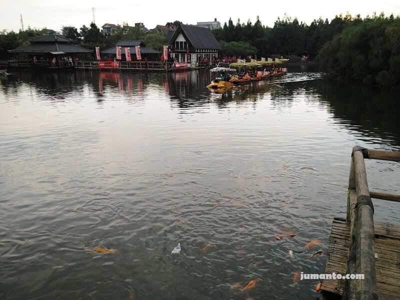 naik perahu floating market lembang