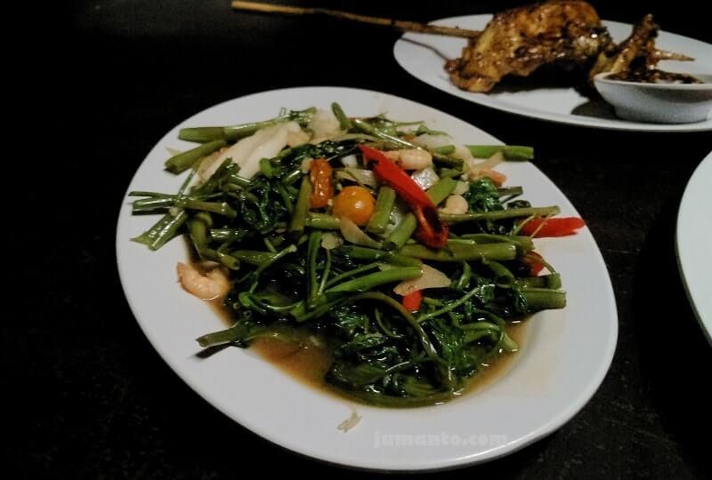 cah kangkung seafood rumah kayu saat makan malam