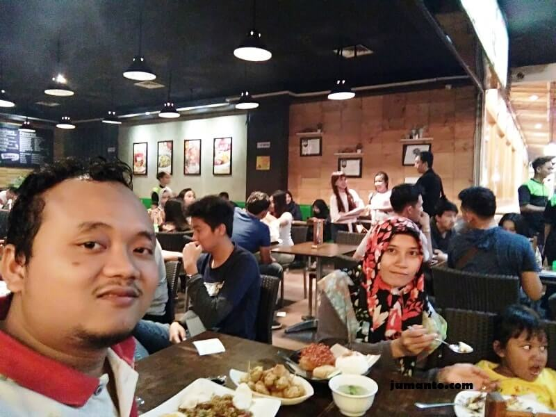 menikmati kuliner di MBK Lampung