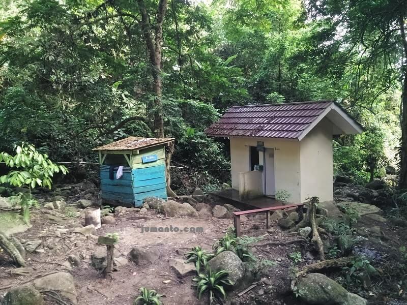 mushola dan toilet air terjun anglo