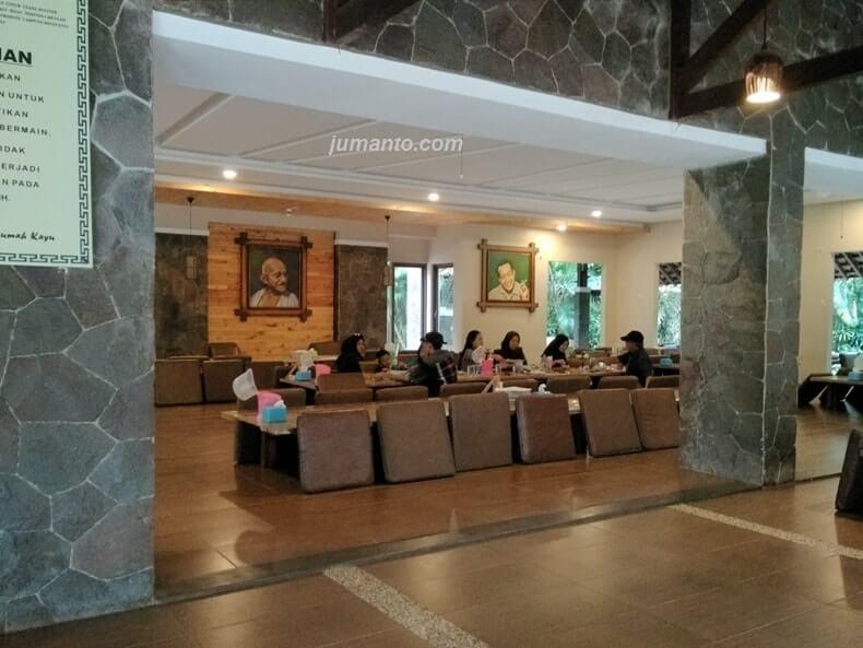 tempat makan di resto rumah kayu lampung